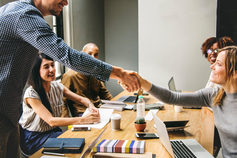 Employer Branding: In Zeiten von Personal- und Fachkräftemangel müssen Sie sich als Arbeitgeber vom Wettbewerb abheben. Mit strategischem Employer Branding finden Sie neue Mitarbeiter und halten bisherige Leistungsträger. Und wer präsentiert Ihr Unternehmen authentischer und emotionaler als Ihre eigenen Mitarbeiter? Genau – Niemand!